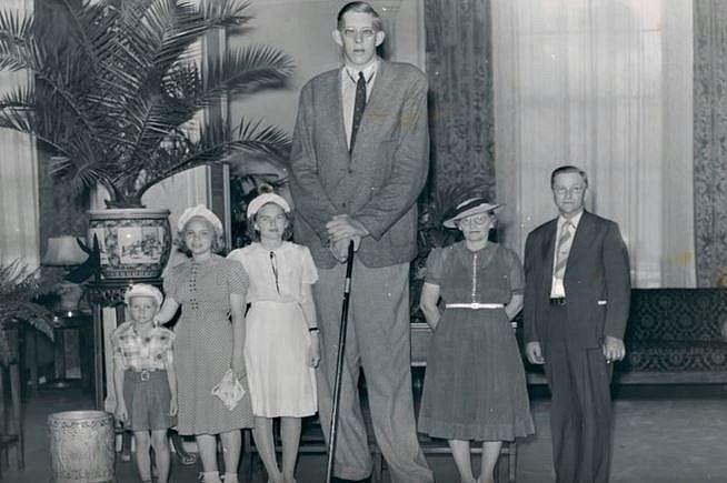 Robert Pershing Wadlow se svými rodiči a sourozenci.
