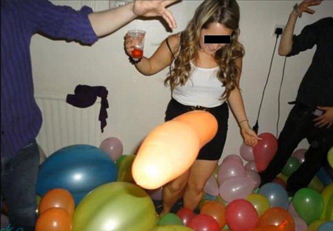 Tato fotka je vtipným dílem okamžiku. A balónek za nic nemůže.