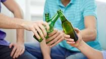 Vyhledává společnost, kde se pije alkohol. Na akce, na kterých se alkohol nepodává, ho nedostanete.
