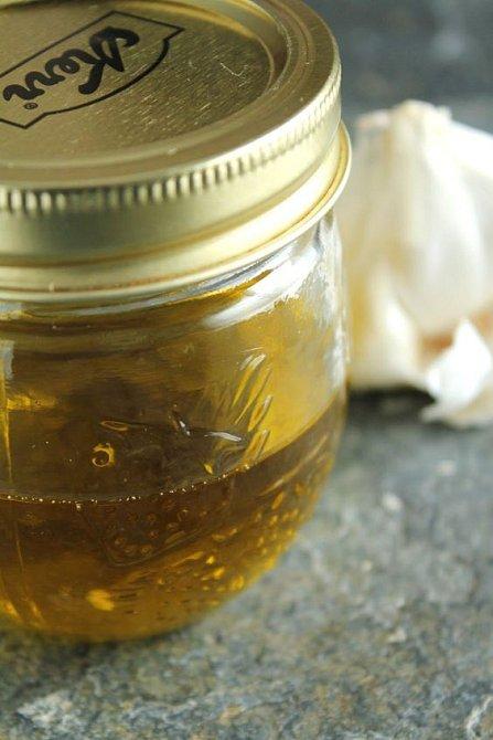 Cibulový olej se používá jako maska na vlasy, po štípnutí hmyzem, při otocích.