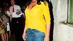 Eva se toho nebojí! Jasně žlutý model - top s šosem - doplnila barevně ladícími džínami a lodičkami ve stejné barvě. A nám se to líbí! :-)