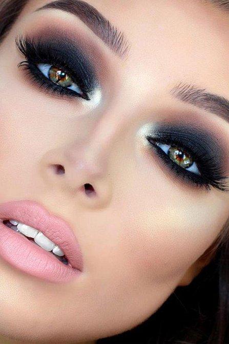 Tyto oči v sobě mají hned několik barev, jejich majitelce tak budou moc slušet bordó odstíny, které z jejích oči vytáhnou zelenou a modré stíny, které vytáhnou zase stopy cihlové.