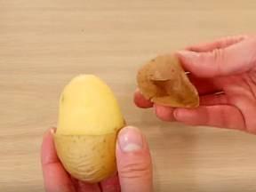 Návod na jednoduché loupání brambor. Už nikdy to nebudete dělat jinak!