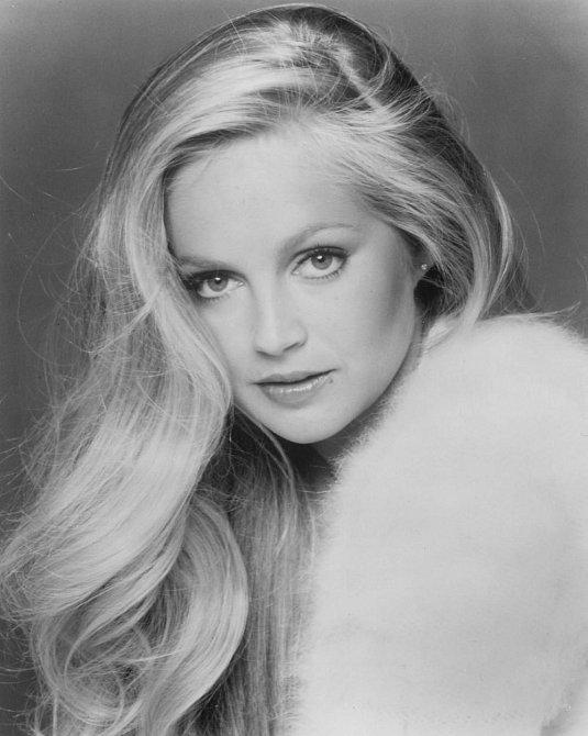 """Charlene Tilton alias Lucy je také zpěvačkou. Zpívala i v několika epizodách Dallasu. V roce 1984 vydala popový song """"C'est La Vie"""", který se stal hitem v několika zemích."""