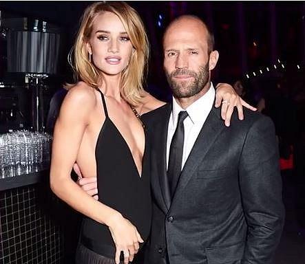 Jason Statham a Rosie Huntington-Whiteley spolu randí už 8 let a v současnosti čekají své první miminko.