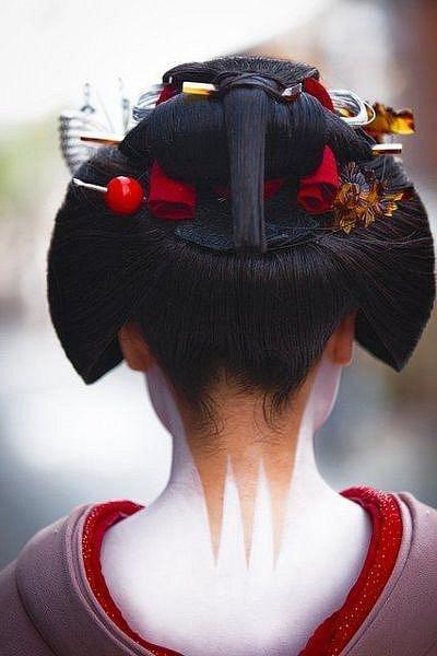 Součástí bílého make-upu bylo i nápadité zdobení šíje.
