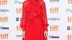 Červené šaty z šifonu odhalují trochu i ňadra, velmi vkusné a krásné.