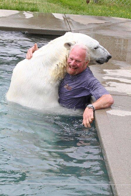 Ledního medvěda a pravidelné koupele s ním si dopřává tento pán.