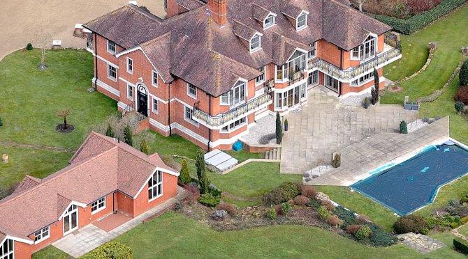 Další dům má herec na anglickém venkově v Sussexu.