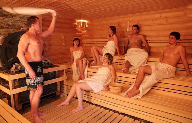 V karlovickém Horalu probíhají každou lichou hodinu jedinečné saunové rituály. Oblíbený je třeba ten valašský se slivovicí. Věříme, že naše čtenářky by jistě ocenily kávový.