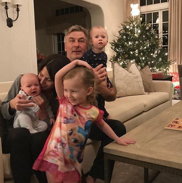 Hilaria Baldwin a manžel Alec Baldwin se chystají jen na pár hodin na večírek poblíž jejich luxusního apartmánu. Jsou vytíženými rodiči třech malých dětí, a tak dají raději přednost spánku.