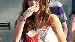 Po alkoholových a drogových dýcháncích holt vyhládne, potvrzuje to i Miley Cyrus