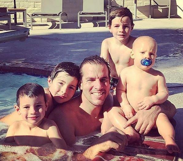 Steve se syny při oblíbeném koupání v bazénu.