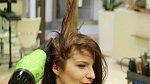 Objem vlasům dodá kombinace pěnového tužidla a vyfoukání přes velký kulatý kartáč