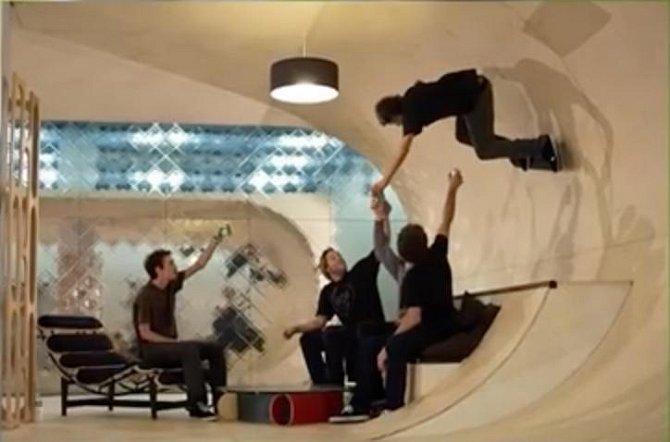 V každé místnosti najdete rampu, na které můžete předvádět kousky se skateboardem