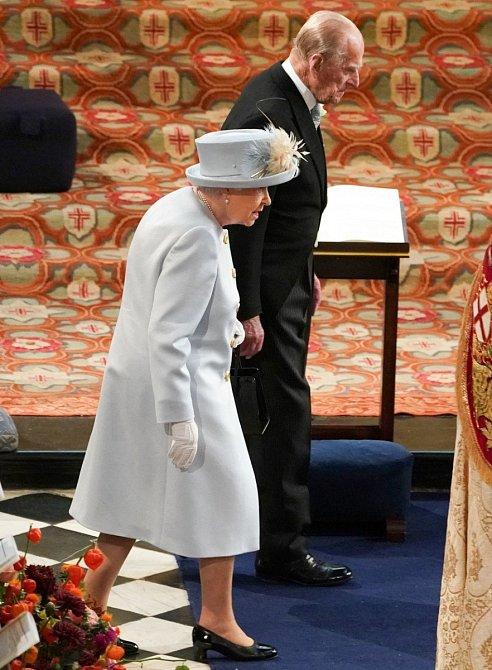 Na svatbu dorazila i královna Alžběta II. v doprovodu s princem Philipem. Královna opět nezklamala a oblékla pastelový kostýmek a boty na podpatku.