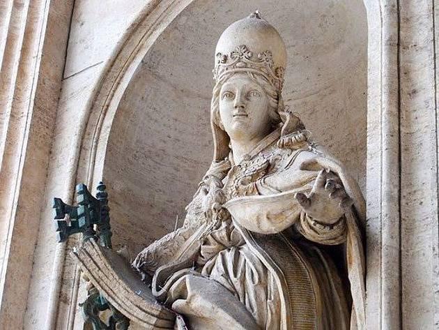 Socha papeže s dítětem má podle něktrých výkladů symbolizovat plodnost Matky Církve