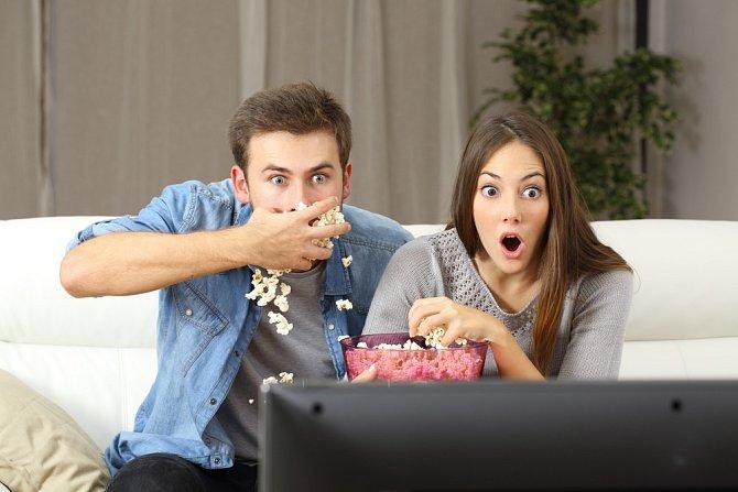 Televize není jen žrout čas, ale o ovladač a večerní program se často vedou spory.