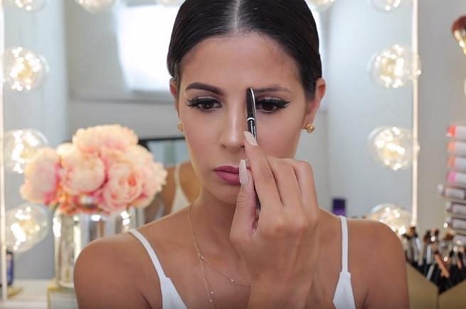 Pomocí vidličky si krásně vyznačíte důležité body týkající se obočí. Stačí ji položit na obličej tak, aby spojovala chřípí nosu a vniřní koutek oka. Takto snadno zjistíte, kde má vaše obočí začínat.