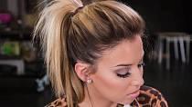 Rozpuštěné vlasy jsou pěkná věc, ale když si je hezky vyčešete do ohonu nahoře na hlavě, tak rozhodně na muže uděláte větší dojem. Muž díky tomuto účesu uvidí vaši krásnou tvář, odhalíte mu ladnou křivku krku a zad a on se tak může zasnít.
