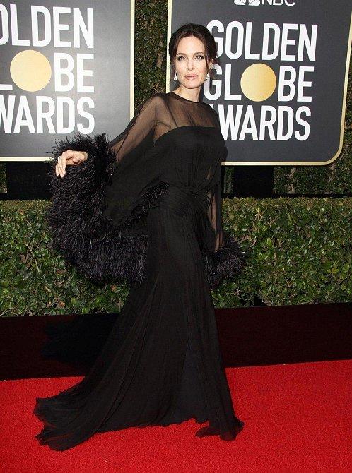 Angelina Jolie byla překrásná, i když zlí jazykové stále dokola poukazují na její velmi štíhlou postavu.