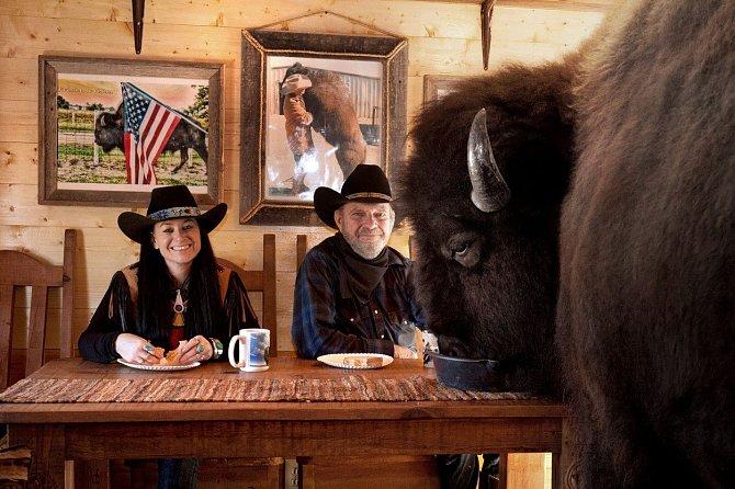 Tento manželský pár chová doma bizona. Na večeře ho bere alespoň dvakrát za týden.