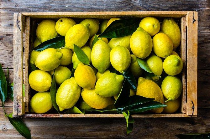 Nevypratelný zápach z prádla odstraníte jednoduše tak, když do praní přidáte hrnek citrónové šťávy. Prádlo bude nejen svěže vonět, ale oživíte tak i jeho barvy.
