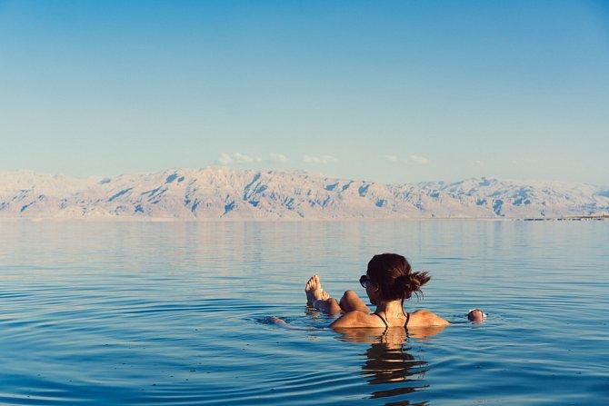 Mrtvé moře je díky soli turistickou atrakcí.
