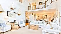 Druhý obývák, kde vítá spíše návštěvy, má krásný výhled a vysoký strop.