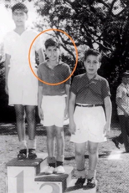 V osmi letech při vítězství ve stolním tenise.