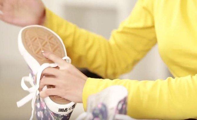 Nechte nekolik hodin působit a poté vše sodu z boty důkladně vyklepejte.