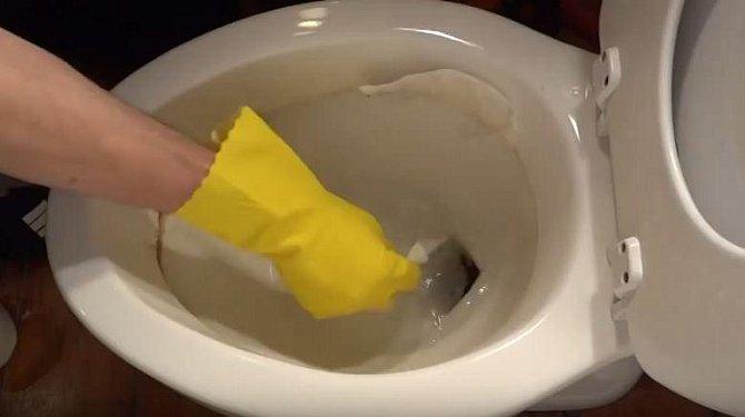 Do octu namočte smotek toaletního papíru, který pak přilepte na okraj zašpiněné mísy.