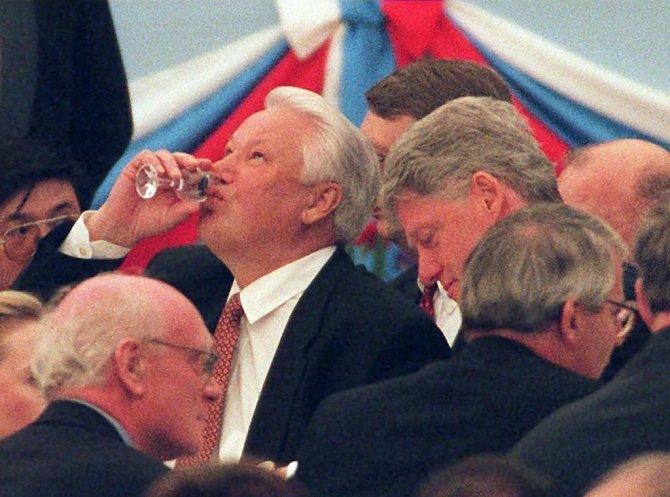<p>Boris Jelcin byl velký přítel vodky. Ta mu však zřejmě dost ukrátila život</p>
