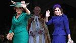 Matka a sestra princezny Eugenie, princezna Beatrice a Sarah, vévodkyně z Yorku oblékly na svatbu zelené šaty a modrý kostým spolu s poměrně umírněnými kloboučky.