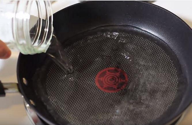 Octem můžete také odstranit připáleniny z nádobí. Nalijte do nich vodu s octem.