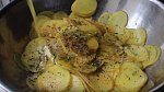Okořeněné brambory polijte rozpuštěným máslem.