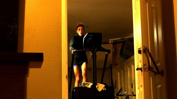 Erin k pohybu využívá každou volnou chvíli. Pokud není v práci nebo nespí, tak cvičí.