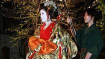 Oiran měly velmi zdobené účesy i kimona a vysoké boty.