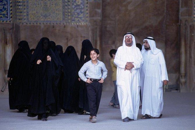 <p>Muslimští muži opouštějí mešitu. Íránský Isfahán 1994</p>