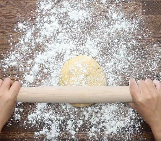Z těsta vyválejte placku vysokou asi 1 cm.