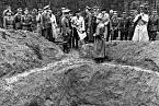 Němečtí vojáci odkrývají masový hrob v Katyni