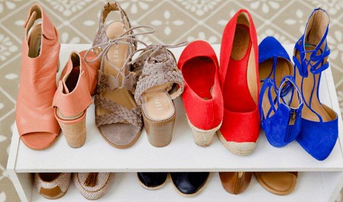 Místo v botníku ušetříte, když budete boty skládat takto k sobě.