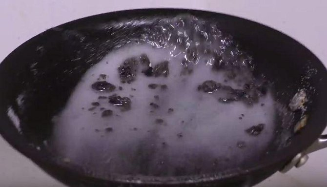 A tu zalít hrnkem teplé vody. Po pár minutách směs udělá své a vy nádobí snadno dočistíte.