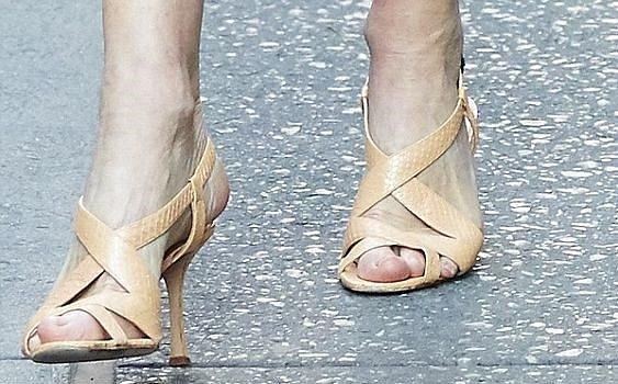 Anna Wintour si nechává šít sandálky od Manola Blahnika. Má je v několika barvách a s jinými modely neexperimentuje.