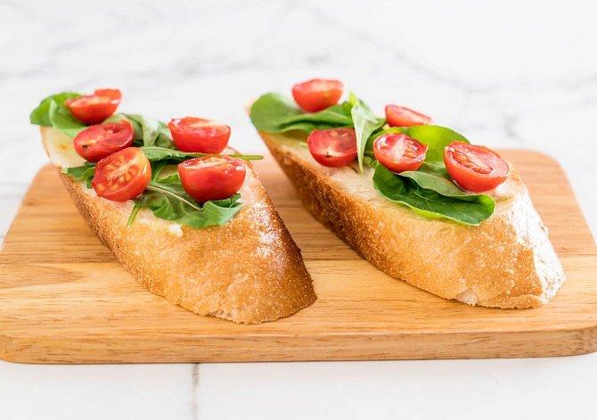 Pečená bruschetta s rajčaty.
