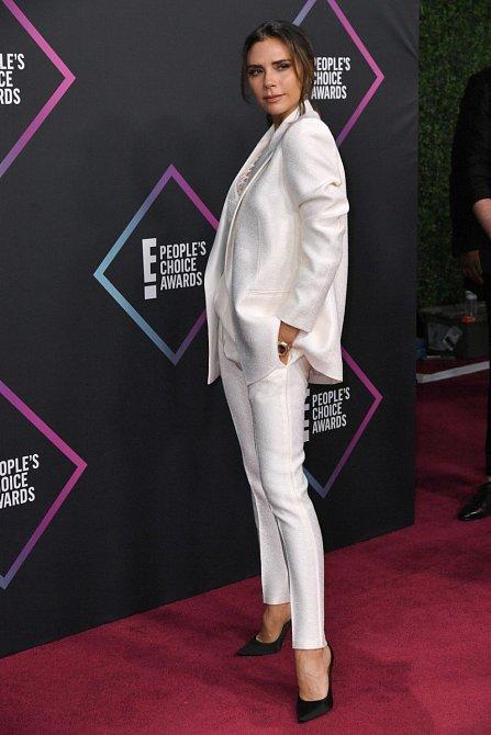 Victoria Beckham, která získala cenu Módní ikona roku opět nezklamala. Kamenný výraz, dokonalá póza, prudce elegantní bílý kalhotový kostým a k tomu vysoké lodičky. Co víc by na sobě měla mít?
