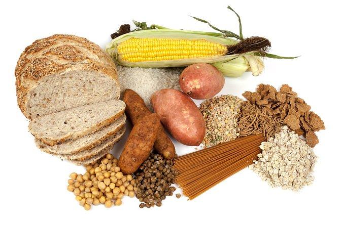 Do jídelníčku zařaďte dostatek vlákniny. Ta je obsažená hlavně v celozrnném pečivu, ovesných vločkách, ovoci a zelenině.