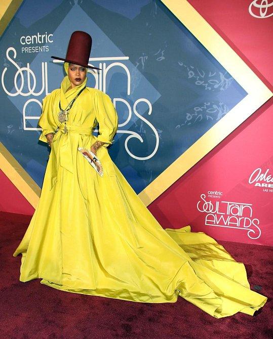 Žluté mámení... A dáma všemu nasadila korunu kloboukem.