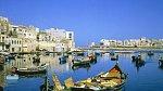 <p>Rybáři se tu předhánějí v barevnosti svých člunů! Na snímku přístav v městečku St. Julians </p>