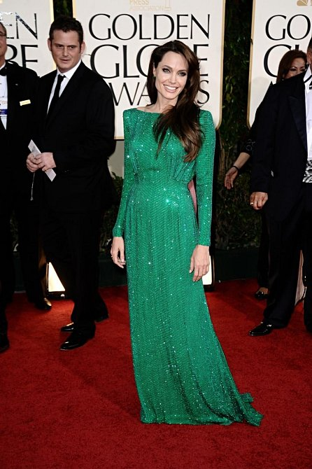 Nominovaná herečka a jedna z nejkrásnějších žen světa Angelina Jolie své křivky rafinovaně skryla do blyštivé smaragdové řízy. Vlasy nechala volně rozpuštěné.